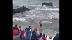 Деды Морозы устроили массовый заплыв в Сочи: видео