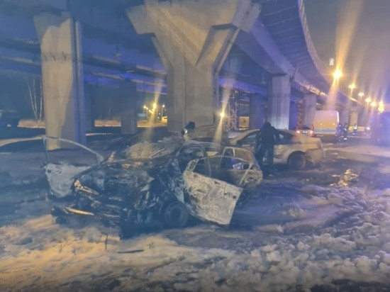 В Петербурге таксист, уходя от погони, врезался в машину ГИБДД