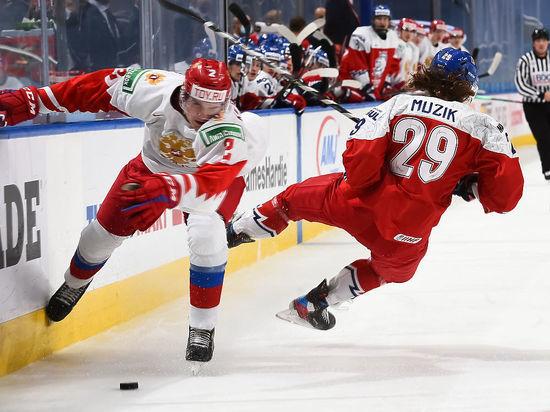 """Сборная России потерпела поражение от команды Чехии на молодежном чемпионате мира, впервые с 2012 года не сумев забросить ни одной шайбы. """"МК-Спорт"""" разбирается, почему это стало возможным, и какие выводы из этого следует сделать."""