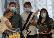 Владимир Якушев подарил семикласснику электрогитару в рамках акции «Ёлка желаний»
