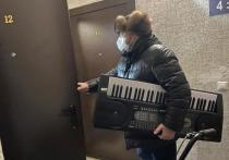 Алексей Ситников подарил велосипед и синтезатор 11-летним сестрам из Салехарда