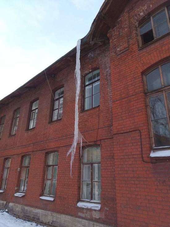 Петербуржцы засняли в центре города огромную сосульку