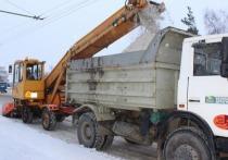 Снег также чистят и рабочие