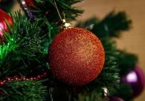 Праздничное настроение перед главным зимним праздником создают сугробы за окнам, мерцанье гирлянд, украшенная елка, кульки конфет и, конечно, новогодние сказки