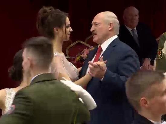 Лукашенко станцевал и пообщался на балу с неизвестной девушкой