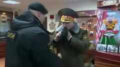 В минском ОМОНе Лукашенко вручили черный берет