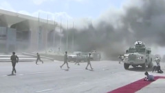 Видео взрыва в аэропорту Йемена: встречавшие новое правительство запаниковали