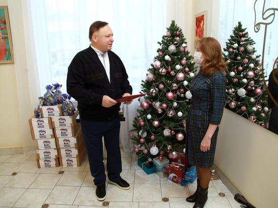 Олег Валенчук вручил подарки маленьким пациентам ковидного госпиталя и детям медиков