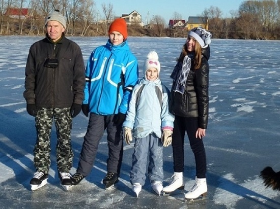 Барнаулец самостоятельно залил каток возле дома, чтобы здесь могли кататься на коньках все желающие