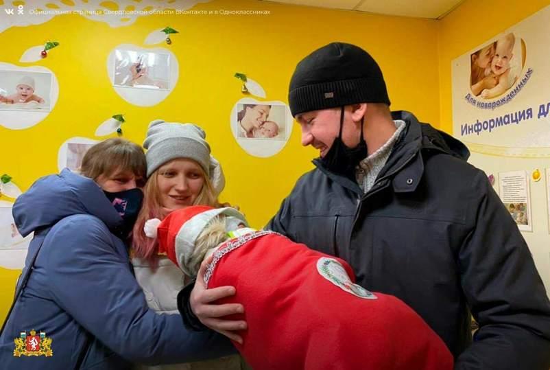 В Екатеринбурге новорожденных выписывают в костюмах Дед Мороза
