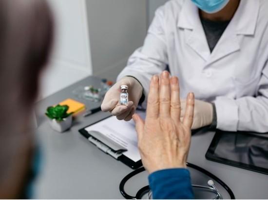 Юрист: за отказ от вакцинации от COVID-19 могут отстранить от работы
