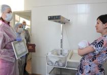 Мэр Оксана Фадина поздравила первых в 2021 году омских новорождённых