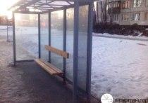 На автобусной остановке в Петербурге избили и ограбили девушку