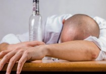 Эксперт дал советы, как действовать при отравлении паленой водкой