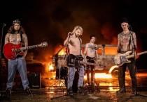 Одна из самых популярных в России рок-групп, давно выросшая из детского костюмчика слезливого поп-рока для тинейджеров во вполне себе уверенный по звучанию и содержанию песен коллектив, решила порадовать фанатов в начале нового года неожиданным сюрпризом
