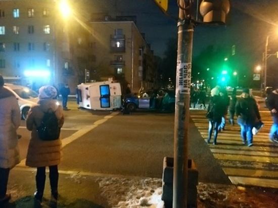 Скорая помощь опрокинулась после ДТП в Московском районе