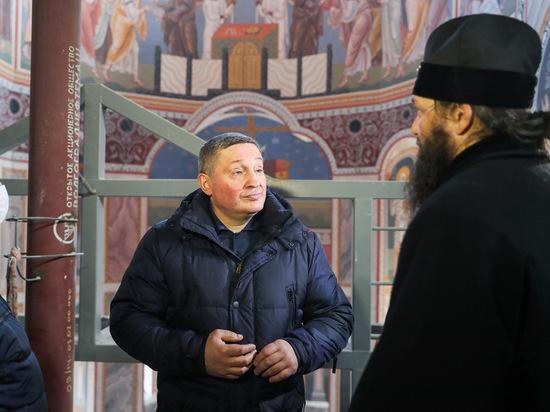 Бочаров вместе с владыкой Феодором осмотрел росписи в храме Невского