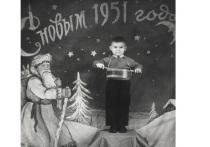 Для посетителей экспозиции представлены собрания фотографий новогодних праздников в Заполярье периода с 1930 по 2017 годы