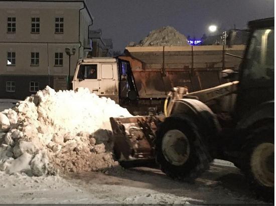 В Кирове продолжают убирать снег