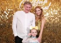 Песков и Навка поздравили подписчиков с Рождеством семейной фотографией