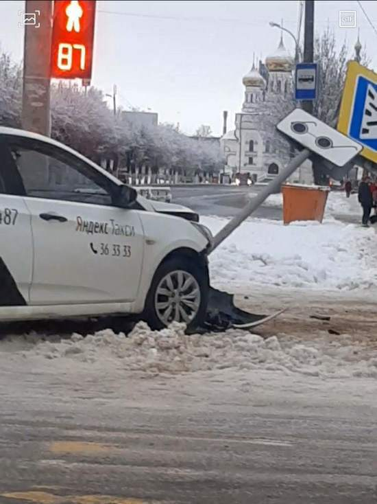 В Твери таксист сбил знак дорожный знак
