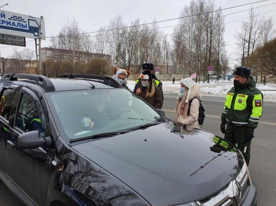 Псковские школьники и стражи порядка поздравили автомобилистов с Рождеством