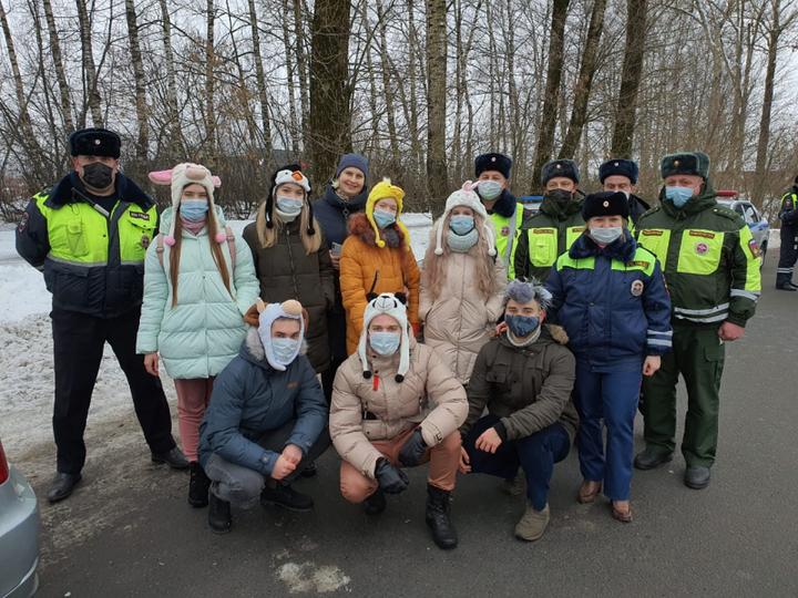 С Рождеством поздравили автомобилистов псковские школьники и стражи порядка , фото-2