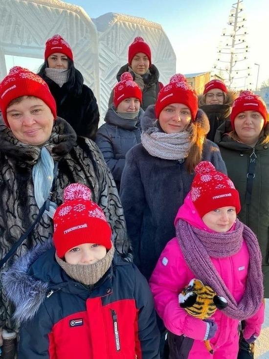 Глава Губкинского подарил праздничные шапки участникам фотоконкурса