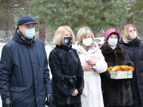 Единороссы и общественники организовали медикам праздничный стол