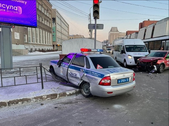 В центре Омска столкнулись такси, маршрутка и машина ДПС