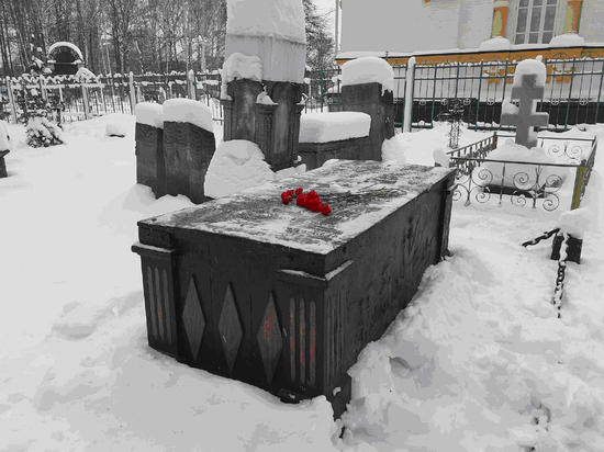 Пермяки принесли цветы к саркофагу героя Отечественной войны 1812 года