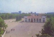 Площадь Ленина теперь одета в парадное платье: с корсетом из декоративного камня и с отстроченными по подолу линиями дорог