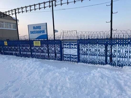 Пассажиры возмутились разбросанными чемоданами в аэропорту Ноябрьска