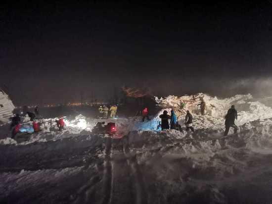 Лавина снесла дома с туристами под Красноярском
