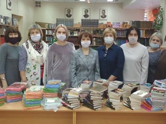 Олег Валенчук помог Вятскополянской библиотеке пополнить фонды