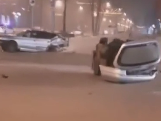 Новокузнецкое ДТП с разорвавшимся пополам автомобилем попало на камеру видеонаблюдения