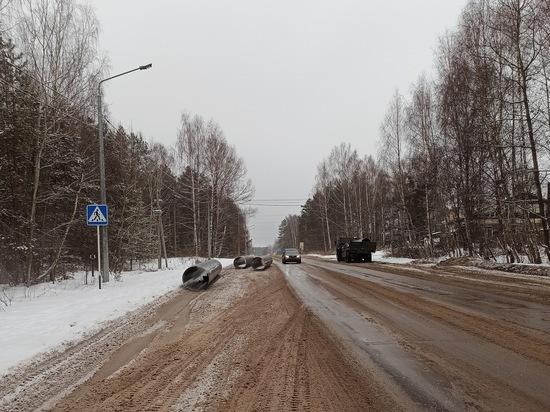 Под Касимовом с грузовика на дорогу выпали трубы