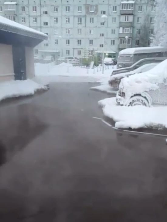В одном из дворов Ноябрьска образовался «бассейн с подогревом»