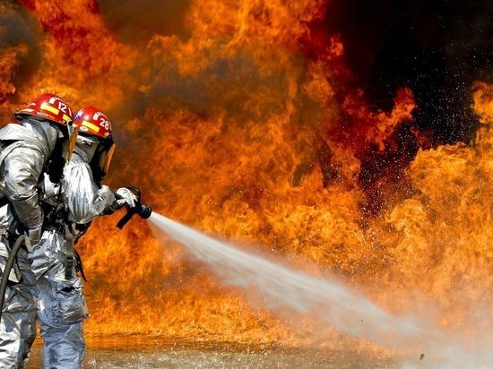 Пожарные спасли двух человек из горящего дома под Томском