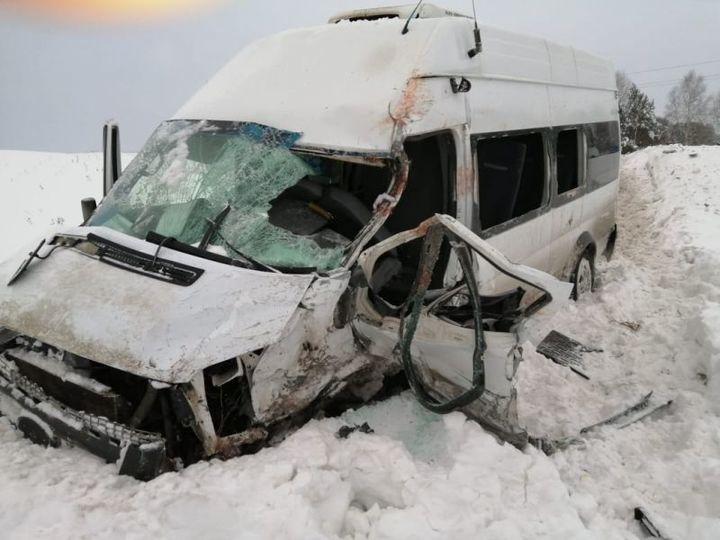 В Башкирии столкнулись два автобуса: двое погибли, 11 ранены