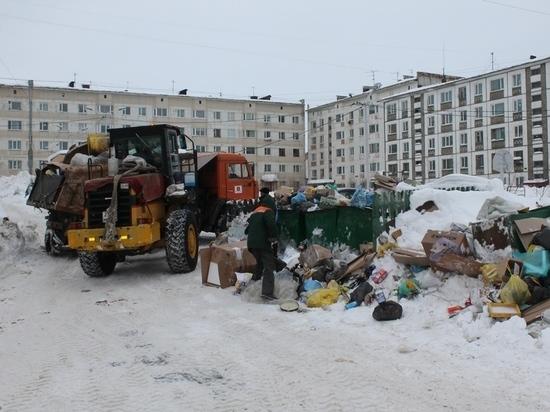 Мусорные площадки во дворах Магадана коммунальщики продолжают расчищать после праздников