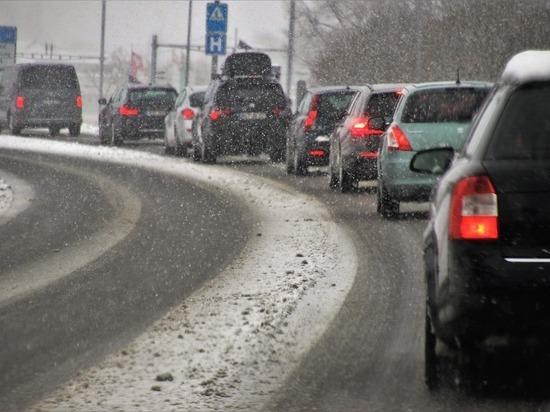 Челябинск стоит в девятибалльных пробках из-за снегопада и ДТП
