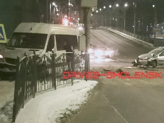 В Смоленске маршрутка, уходя от столкновения, протаранила дорожное ограждение