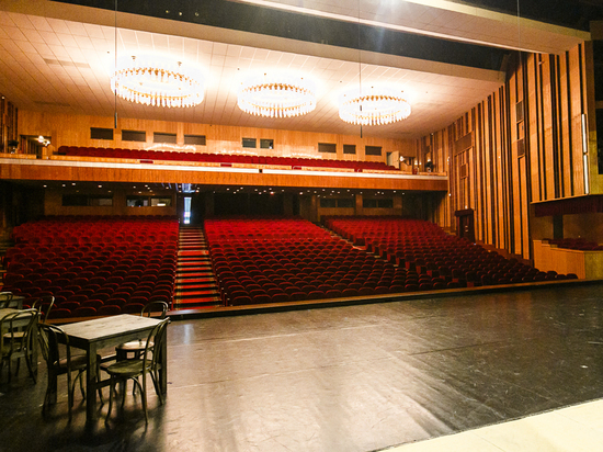 Актерам зритель необходим как воздух, это их крылья и камертон; публике необходим театр и концертный зал не просто как отдушина, но и как собеседник, духовный поводырь