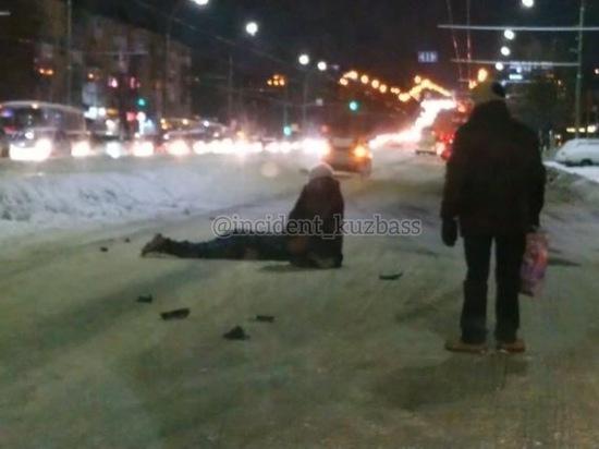 Пешеход попал под машину возле кемеровского Парка Ангелов