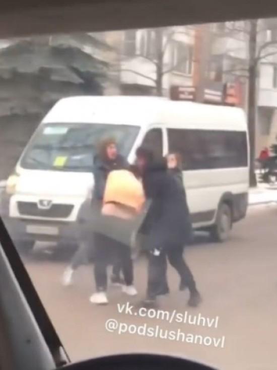 Мужчины устроили драку на проезжей части в Великих Луках