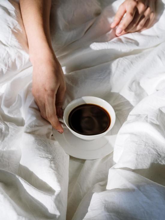 Британский врач советует не пить кофе и сок по утрам