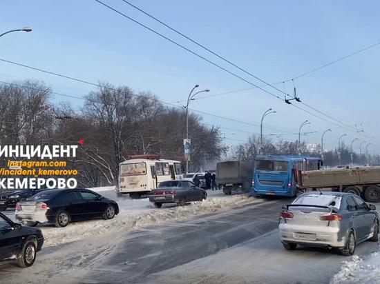 Грузовик перегородил проезжую часть возле Искитимского моста в Кемерове