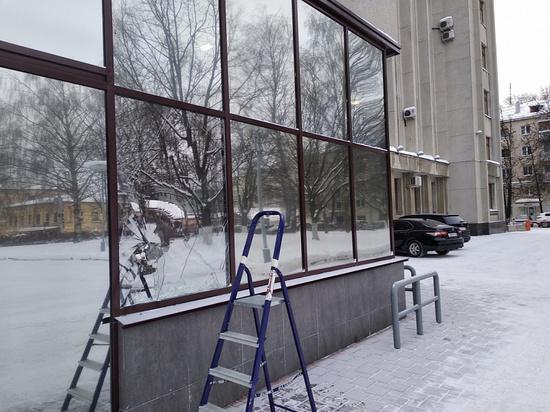 Девушка камнем разбила окно в правительстве Кировской области
