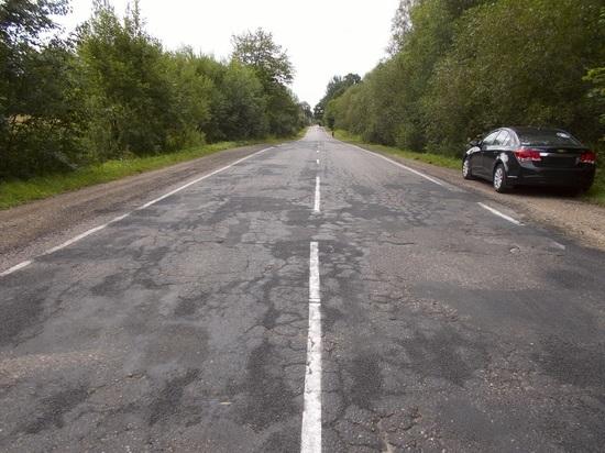 До конца лета отремонтируют три участка дороги в Дедовичском районе